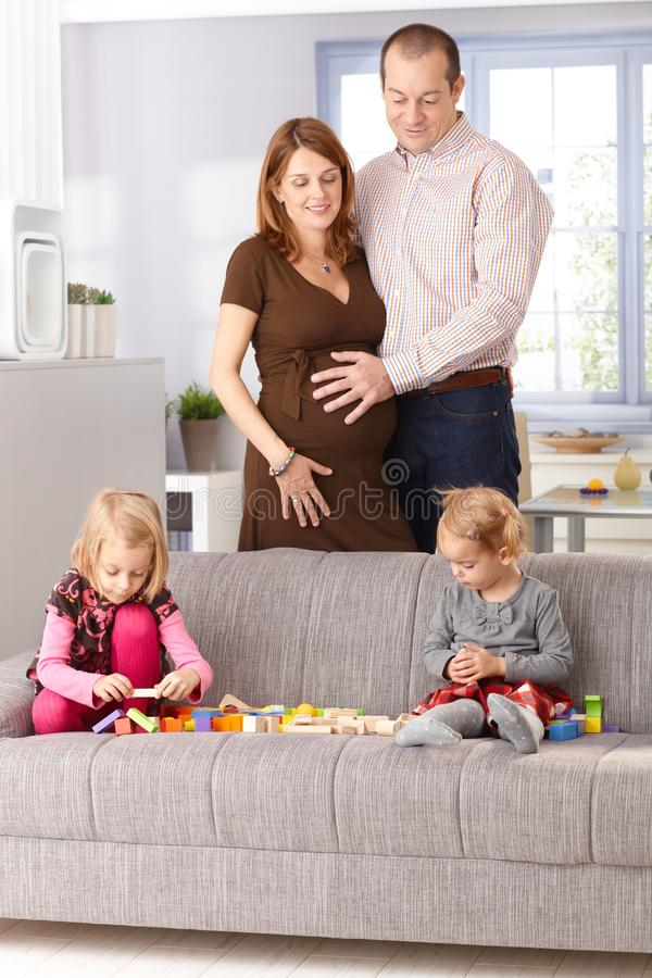 Famille jouant à la maison photographie stock
