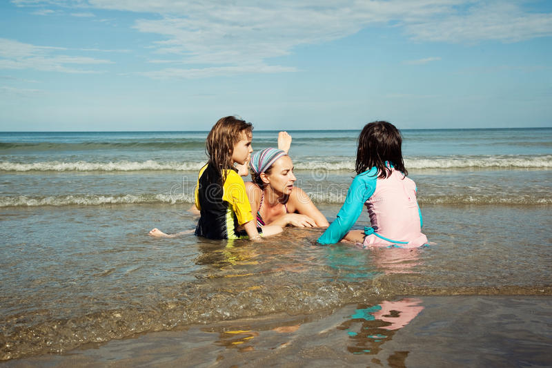 Famille jouant à la plage Vacances de plage de famille photographie stock