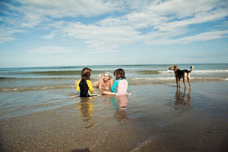 Famille jouant à la plage Vacances de plage de famille photos stock