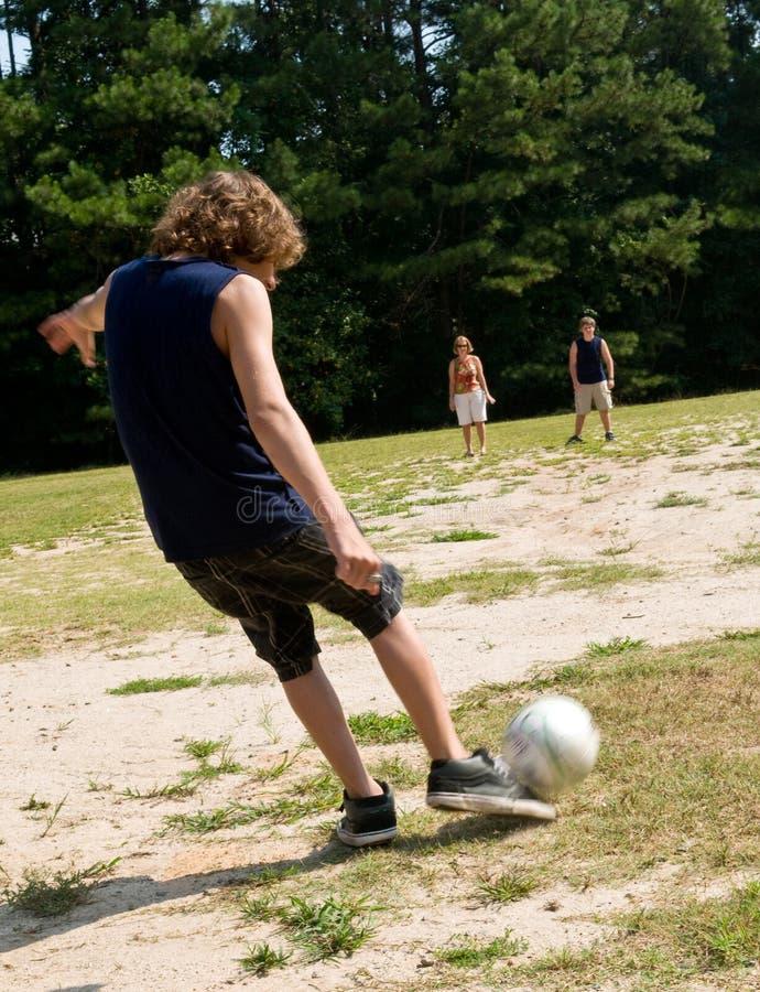 Famille jouant au football photos libres de droits