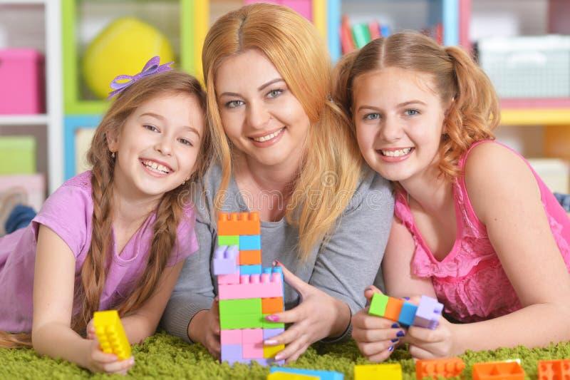 Famille jouant avec des blocs ensemble image libre de droits