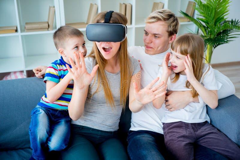 Famille jouant avec la réalité virtuelle photo stock