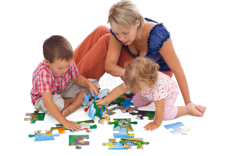 Famille jouant avec le puzzle image libre de droits