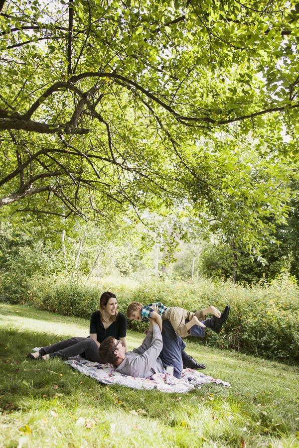 Famille jouant dans la cour photo stock