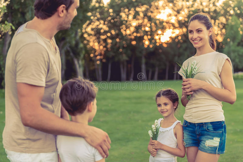 Famille jouant dehors image stock