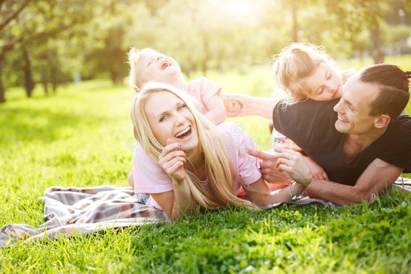 Famille jouant en parc sur l'herbe image libre de droits