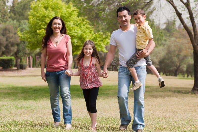 Famille jouant en stationnement images libres de droits
