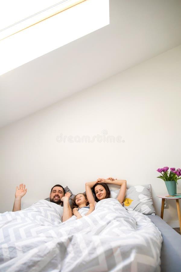 Famille jouant heureusement à la maison photos stock