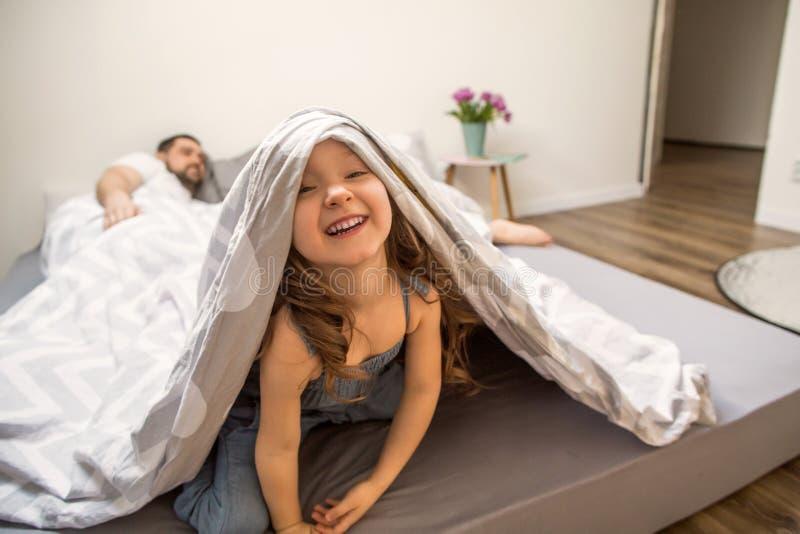 Famille jouant heureusement à la maison photographie stock libre de droits