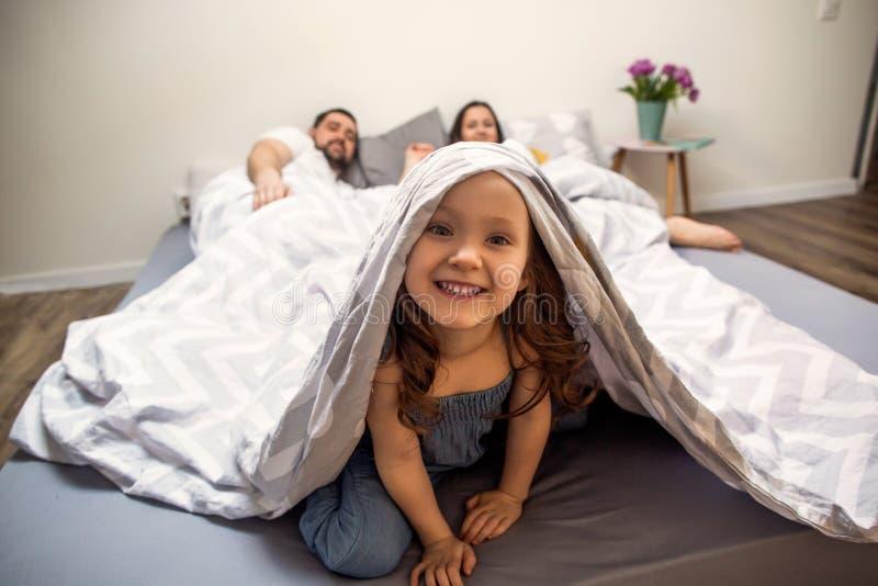 Famille jouant heureusement à la maison images libres de droits