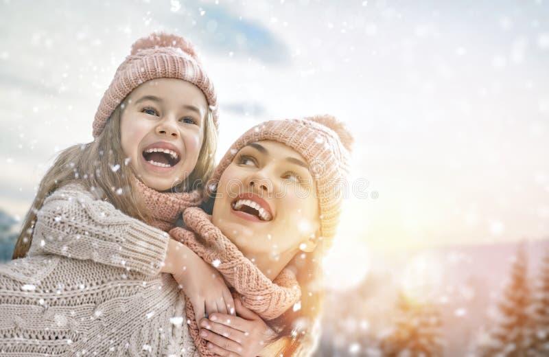 Famille jouant sur la promenade d'hiver photos stock