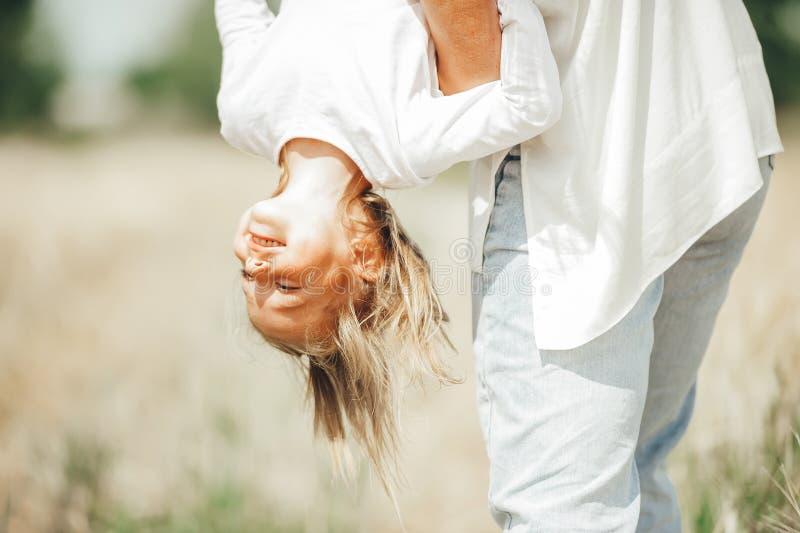 Famille la tête la première heureuse d'enfant jouant en nature images stock