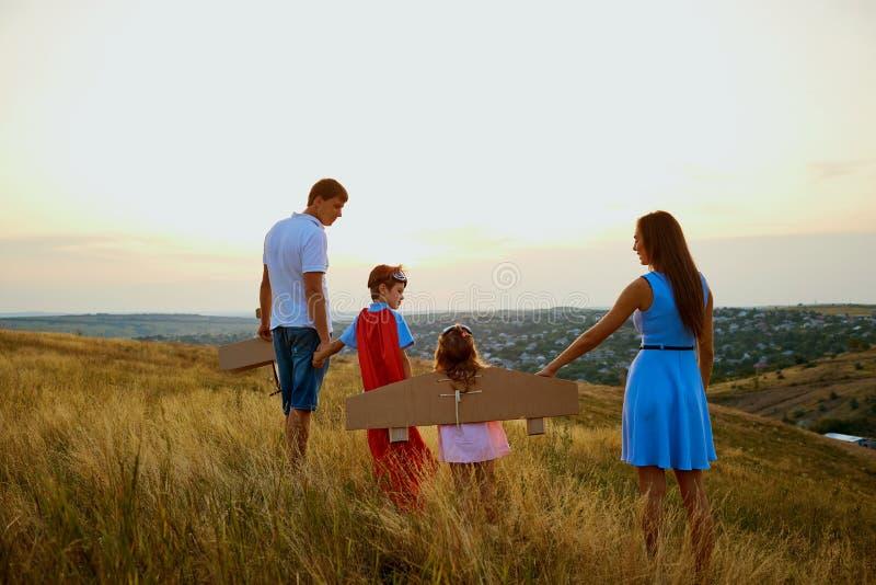 Famille le soir au champ de coucher du soleil en nature image libre de droits