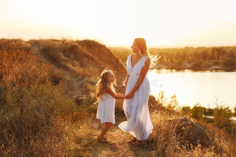 famille Mère et fille Par la rivière photo libre de droits
