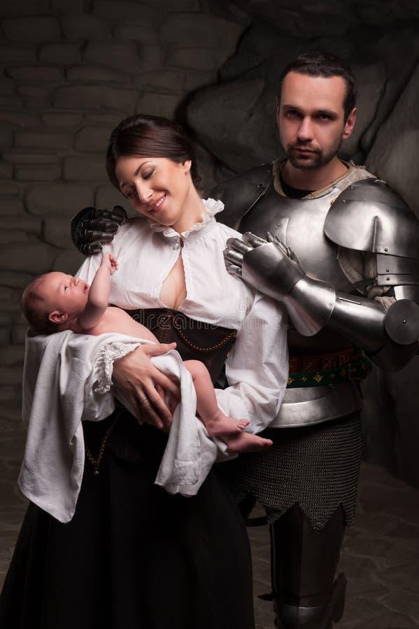 Famille médiévale heureuse image stock