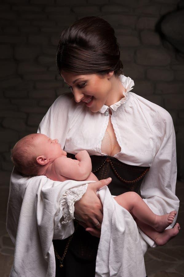 Famille médiévale heureuse photos stock