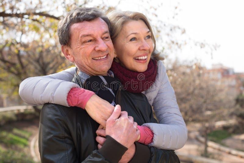 Famille mûre heureuse ensemble en parc d'automne image libre de droits