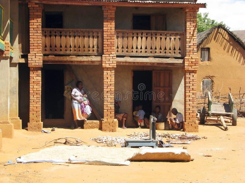 Famille malgache au village rural photos libres de droits