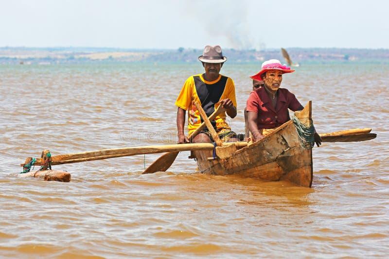 Famille malgache dans un petit bateau à rames images libres de droits