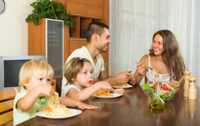 Famille mangeant des spaghetti photographie stock