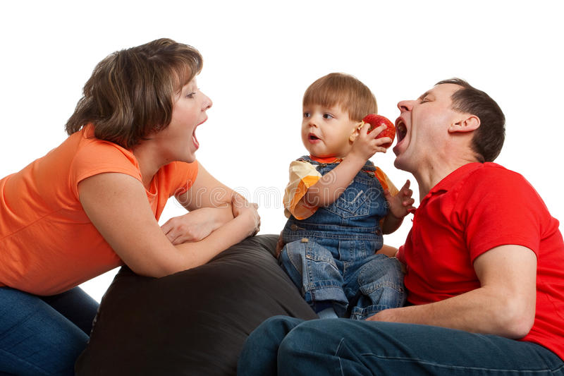 Famille mangeant la pomme photos stock