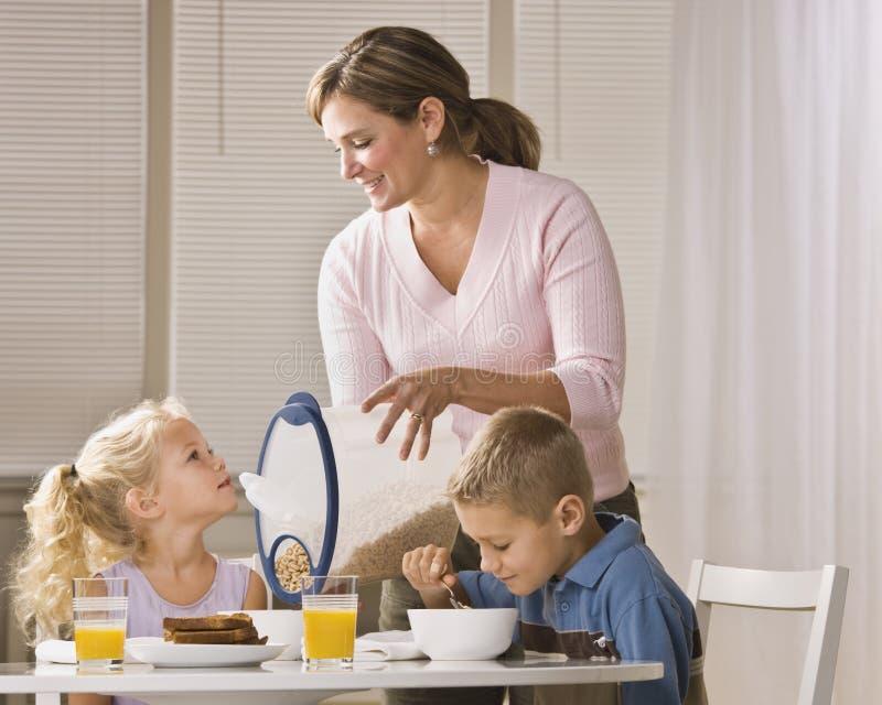 Famille mangeant le déjeuner photo stock