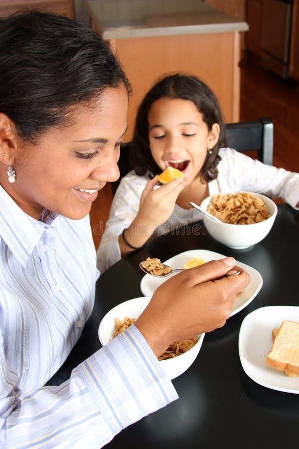 Famille mangeant le déjeuner photo libre de droits