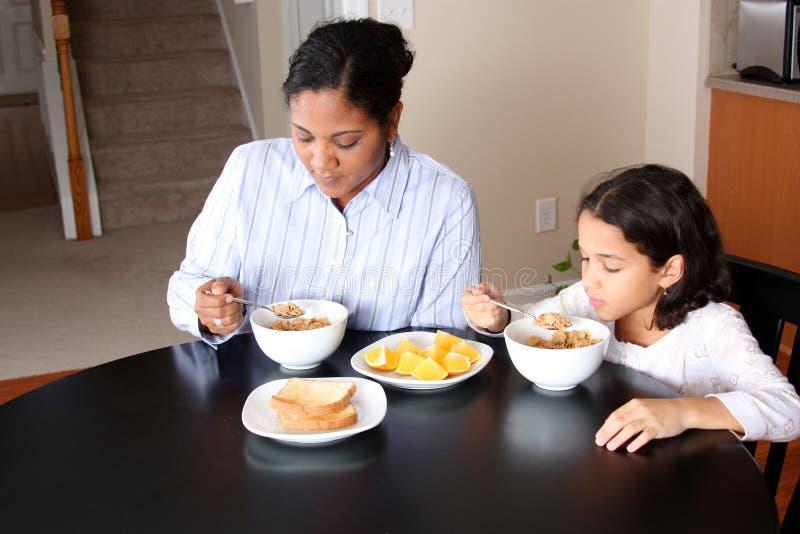 Famille mangeant le déjeuner photos libres de droits