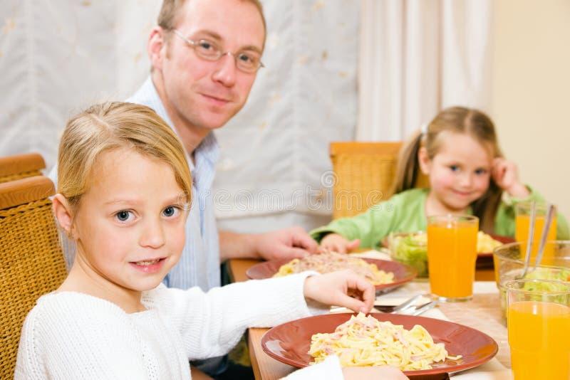 Famille mangeant le déjeuner ou le dîner image stock