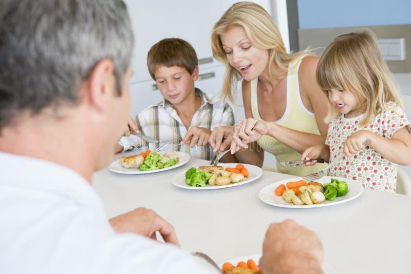 Famille mangeant le repas d'A, mealtime ensemble images libres de droits
