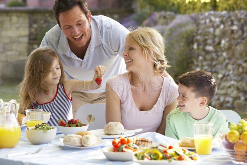Famille mangeant un repas de fresque d'Al image libre de droits