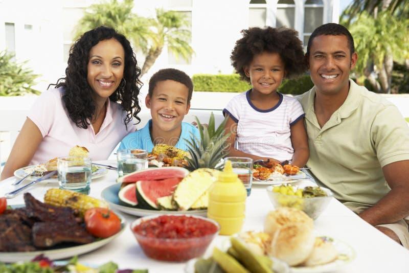 Famille mangeant un repas de fresque d'Al images stock