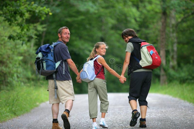 Famille marchant dans une forêt image libre de droits