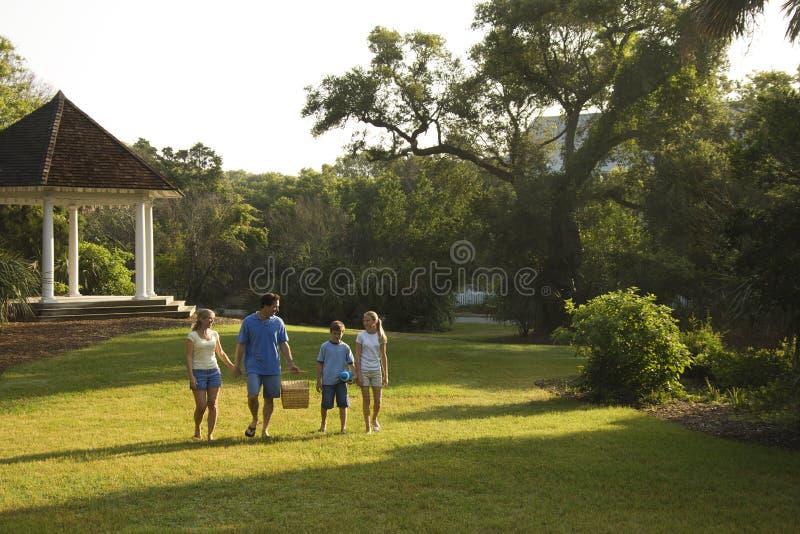 Famille marchant en stationnement. image stock