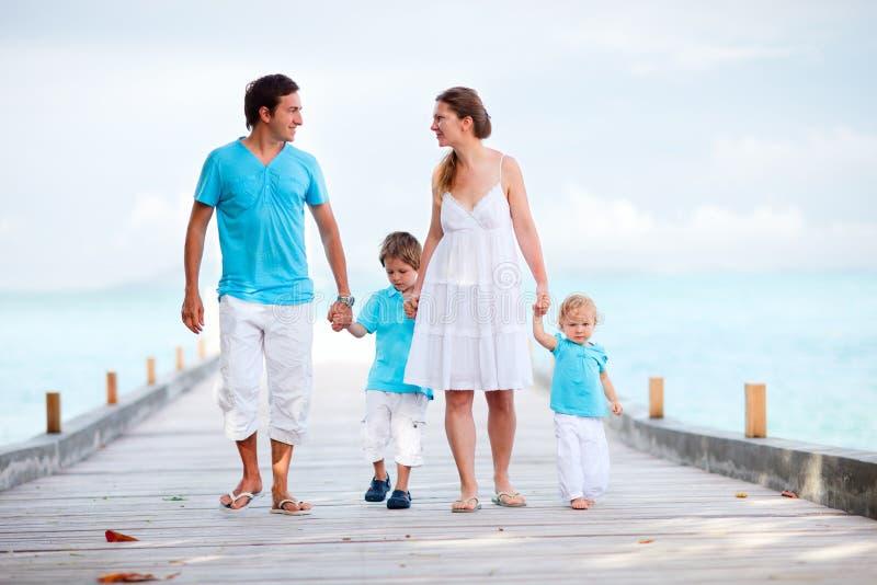Famille marchant le long de la jetée photo libre de droits