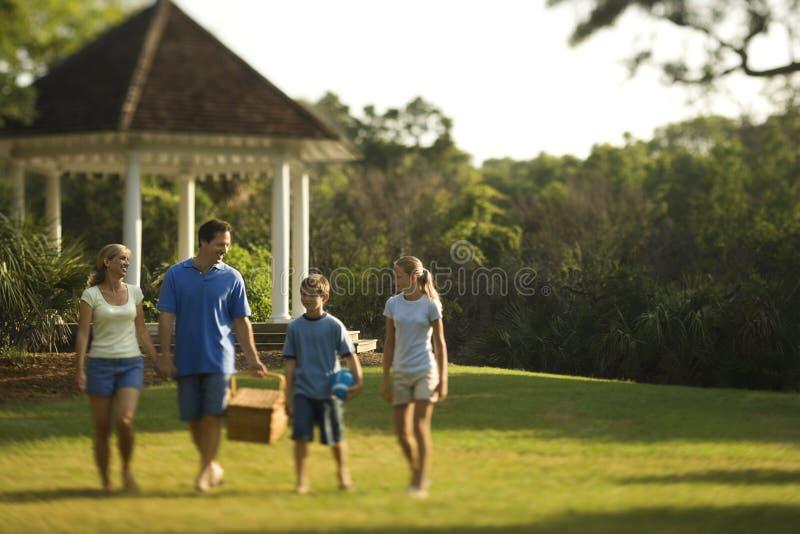 Famille marchant par le stationnement. image libre de droits
