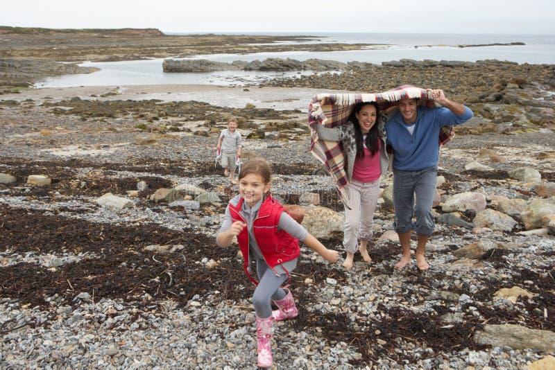 Famille marchant sur la plage photos libres de droits