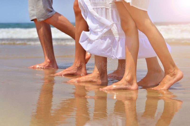 Famille marchant sur la plage sablonneuse photographie stock