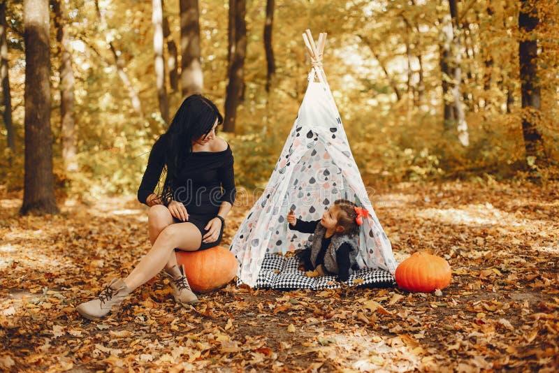 Famille mignonne et élégante en parc d'automne images libres de droits