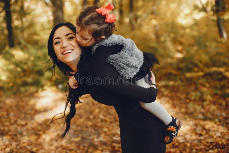 Famille mignonne et élégante en parc d'automne image stock