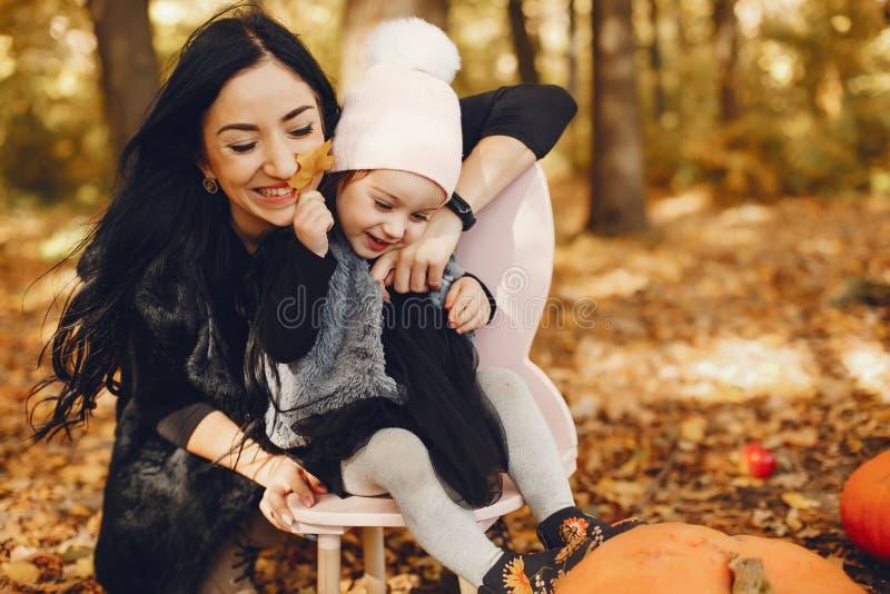 Famille mignonne et élégante en parc d'automne images stock