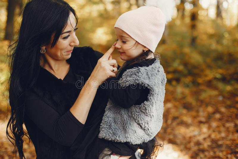 Famille mignonne et élégante en parc d'automne photos stock