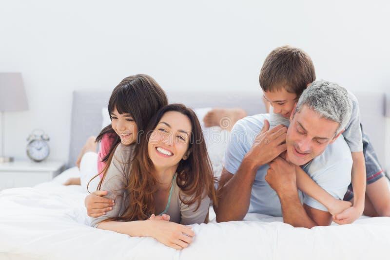 Famille mignonne se trouvant ensemble image libre de droits