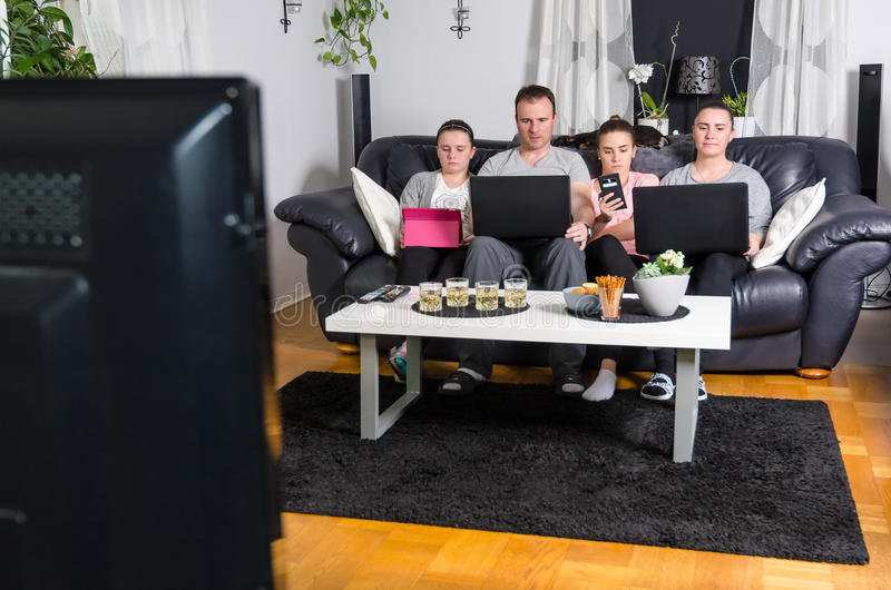 Famille moderne devant la TV photo stock