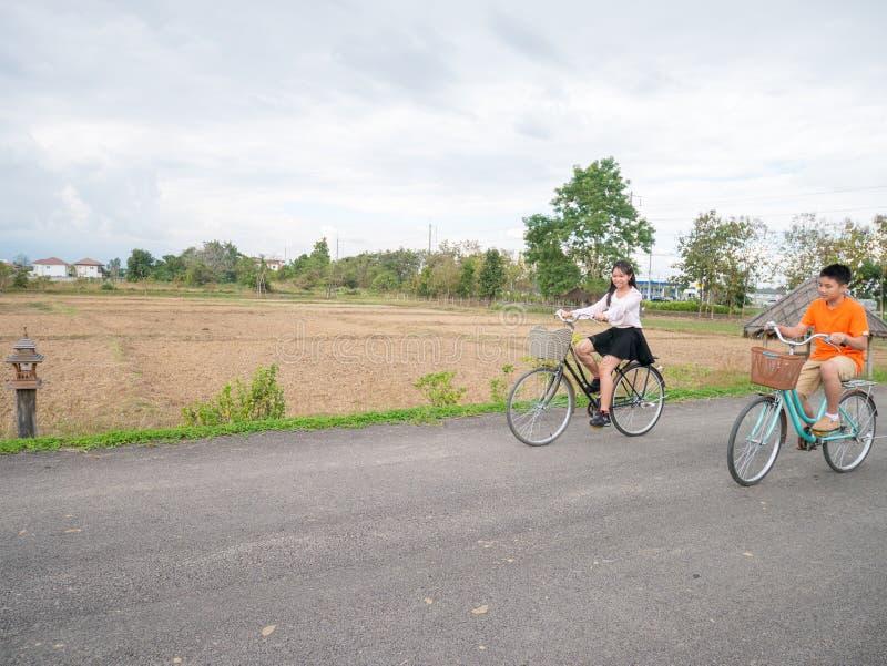 Famille montant un vélo images stock