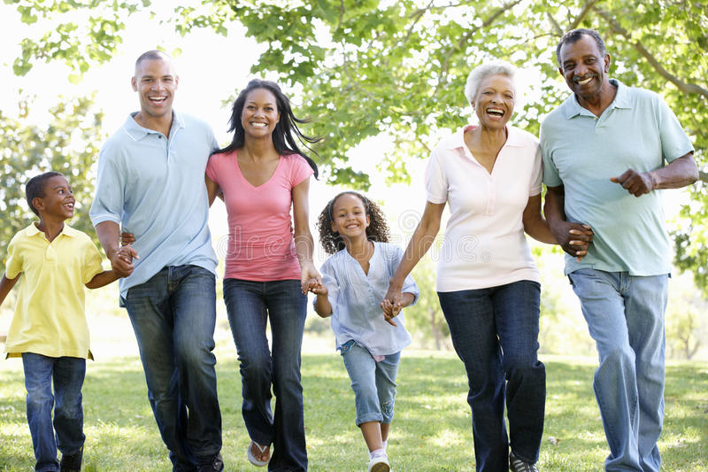 Famille multi d'Afro-américain de génération marchant en parc photos libres de droits