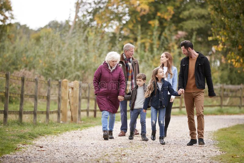Famille multi de génération sur Autumn Walk In Countryside Together photos stock