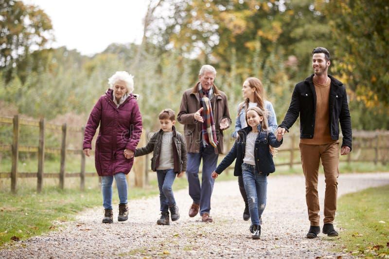 Famille multi de génération sur Autumn Walk In Countryside Together photographie stock libre de droits