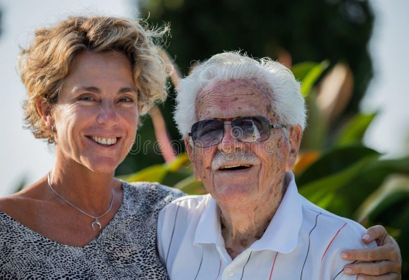famille Multi-de generations dans son jardin à la maison du ` s photographie stock