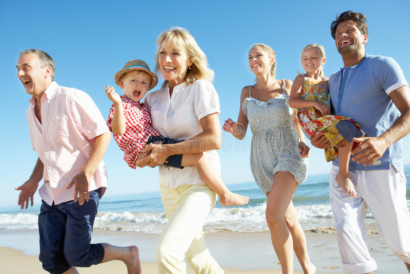 Famille multi de rétablissement appréciant des vacances de plage photos stock